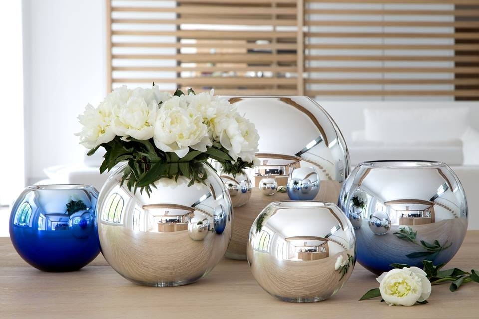 Rounded UNI vase is made with double sided metallized glass with silver